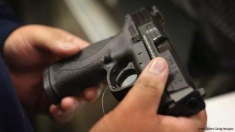 Alaska: Tìm thấy súng trong tủ, một cậu bé tự bắn chết mình
