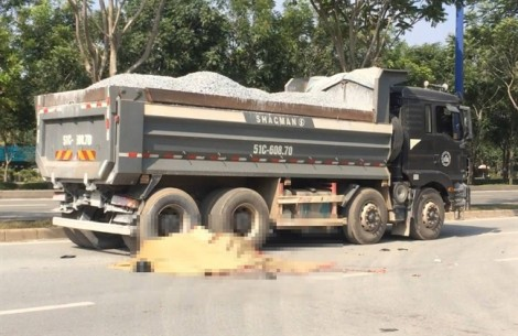 Xe máy đâm đuôi xe ben trên đại lộ Mai Chí Thọ, 2 thanh niên tử vong