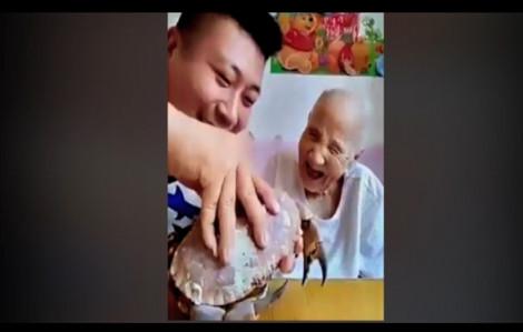 Clip ngộ nghĩnh: Thanh niên lắm 'chiêu' giúp cụ già vui gây sốt mạng