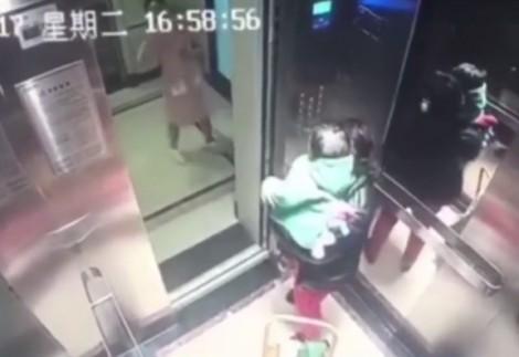 'Ác mẫu' đánh đập bé dã man ngay khi vừa khuất mặt phụ huynh