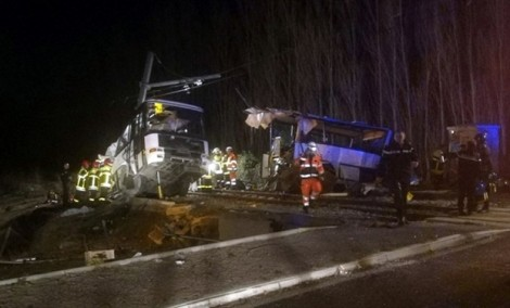 Pháp: Xe lửa đâm xe buýt chở học sinh, 4 trẻ em thiệt mạng