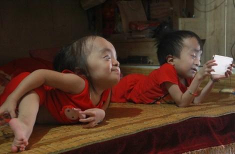 Hành trình tìm con chữ đầy nước mắt của hai anh em 'xương thủy tinh'