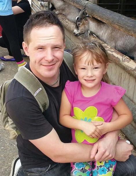 Con gái qua đời sau 2 tháng sống với ông bố 'gà trống nuôi con'