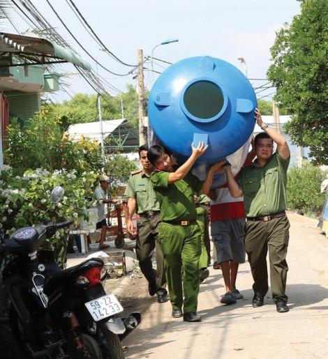 Công an khiêng bồn nước đến tận nhà tặng người dân xã đảo