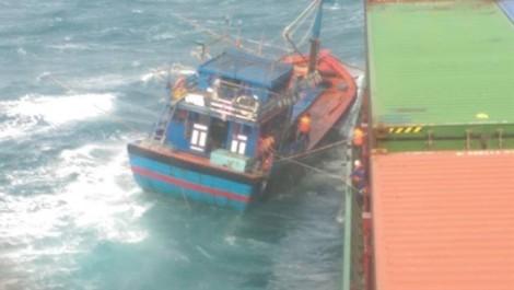 Cứu 6 thuyền viên tàu cá gặp nạn ngoài khơi Ninh Thuận