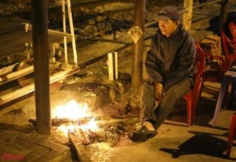 Sài Gòn giá lạnh, người dân đốt lửa sưởi ấm bên đường