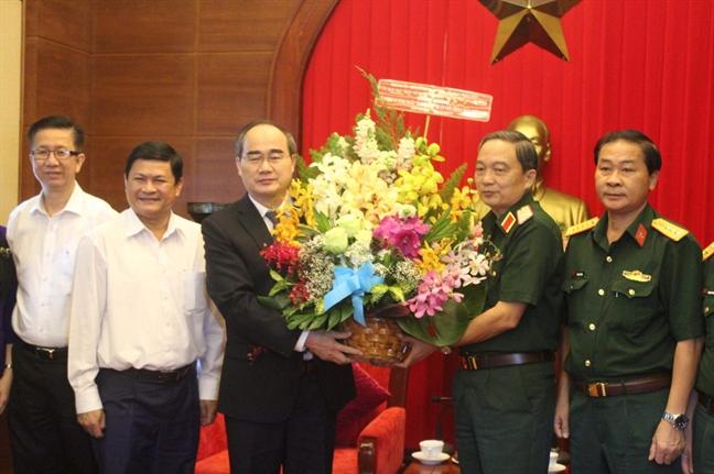 Bi thu Thanh uy TPHCM Nguyen Thien Nhan tham, chuc mung cac don vi quan doi