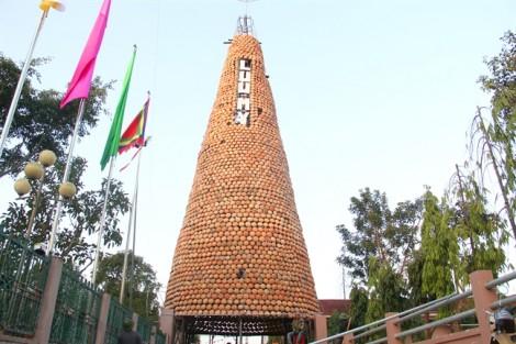 Người dân làng nghề dựng cây thông 'độc nhất vô nhị' bằng 6.000 nồi đất đón Giáng sinh
