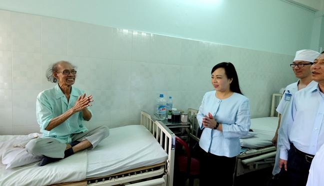 Bo truong Y te: 'Thuoc re, van dam bao chat luong, chi hieu qua… khong cao'