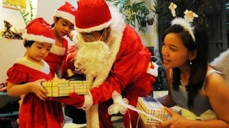Ông già Noel tặng quà cho bé 'đắt sô'