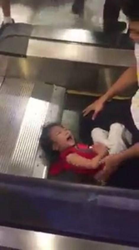 Bé gái kêu khóc hoảng loạn vì kẹt tóc vào thang cuốn