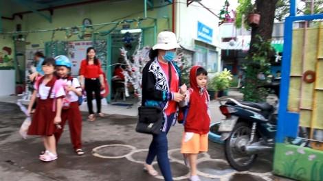 TP.HCM: Phụ huynh nháo nhào vừa đưa con đi học xong phải rước về để tránh bão