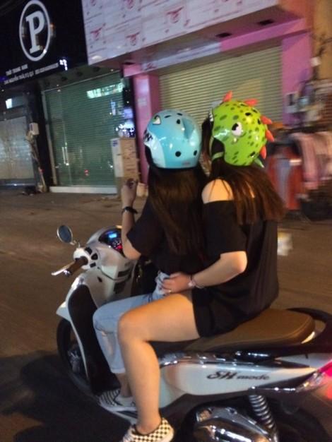 Muôn kiểu trang phục ngày bão ở Sài Gòn