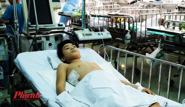 Nguoi me Phu Yen khoc nac vi con trai liet chan do mang buou khung