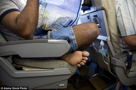 Cởi vớ bẩn bốc mùi trên chuyến bay, nam thanh niên bị đâm thủng tim