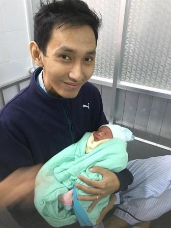 Nước mắt hạnh phúc của người đàn ông trẻ bị ung thư khi biết mình được làm bố