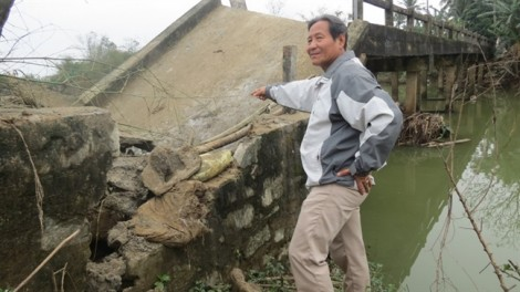 Dân khốn khổ vì chiếc cầu bắc ngang sông Bồ 'bỗng dưng' gãy sập