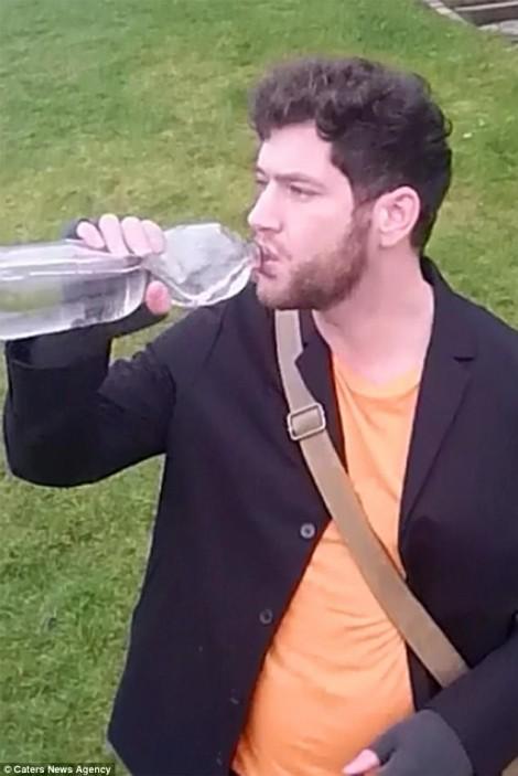 Ngủ 2 tiếng, kiến trúc sư 36 tuổi uống ít nhất 20 lít nước mỗi ngày để sống