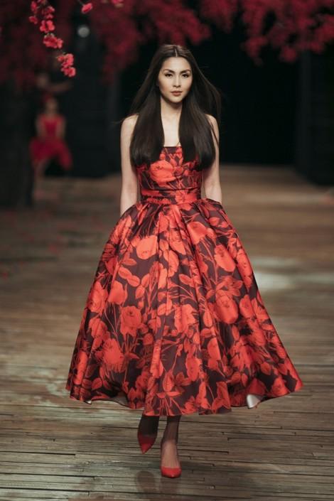 Tăng Thanh Hà tái xuất, làm người mẫu trình diễn mở màn