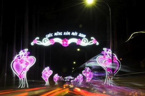 Đường phố Sài Gòn trang hoàng rực rỡ đón mừng năm mới