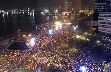 Hàng chục nghìn người đổ về trung tâm Sài Gòn chờ đón năm mới