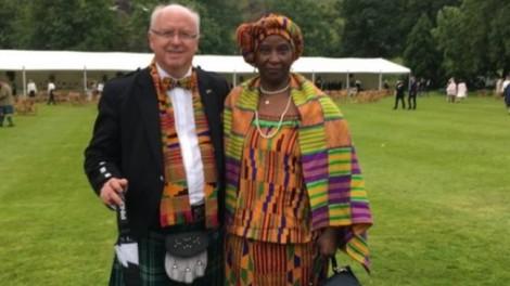 Vị giáo sư, người vợ và bức ảnh gây xôn xao mạng xã hội