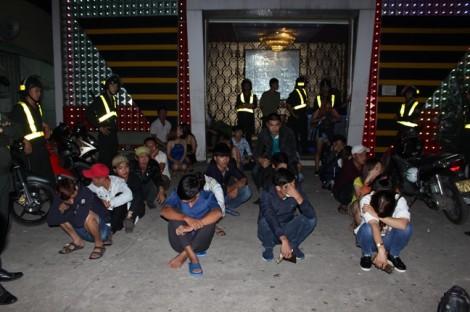 Cảnh sát 'đột kích' quán bar đêm giao thừa, hàng trăm dân chơi bỏ chạy