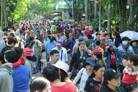 Hàng nghìn người chen chúc vui chơi tại Thảo Cầm Viên trong ngày đầu năm mới