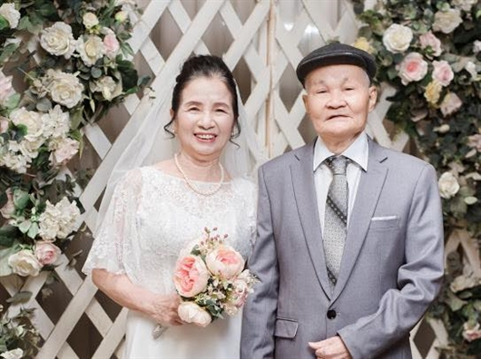 Bo anh 50 nam ngay cuoi gay sot cong dong mang va chuyen tinh dep nhu phim cua 'ong ba anh'