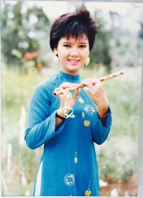 Hoa hau Kieu Khanh tre trung tuoi 49, co ban trai moi sau mot lan do vo