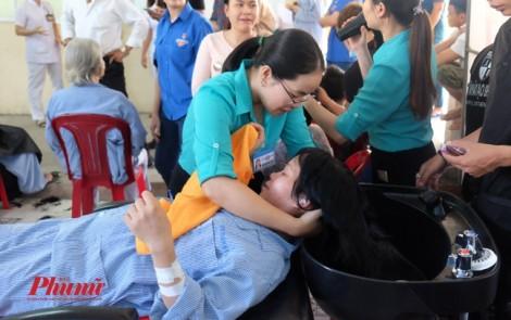 Điều dưỡng giúp bệnh nhân cắt tóc, gội đầu đón năm mới 2018