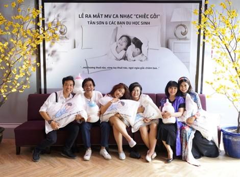 Vợ chồng Cẩm Vân - Khắc Triệu chúc mừng ca sĩ Dương Tấn Sơn ra mắt MV