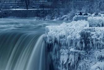 Thác Niagara hóa thành 'sông băng' vì giá lạnh