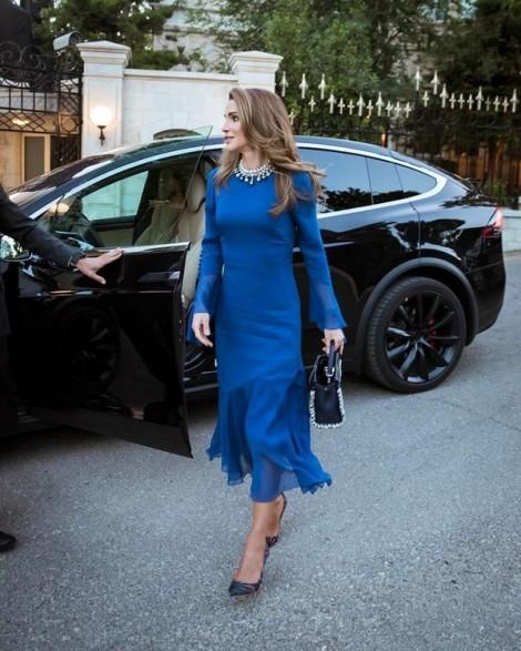 Hoàng hậu Jordan ấn tượng với phong cách sang trọng trẻ trung ở tuổi ngoài 40