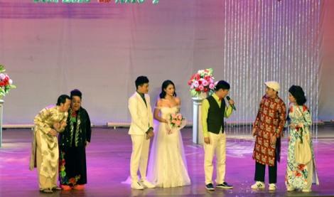 Nghệ sĩ Hoài Linh té ngã, chấn thương trong liveshow mở đầu năm 2018