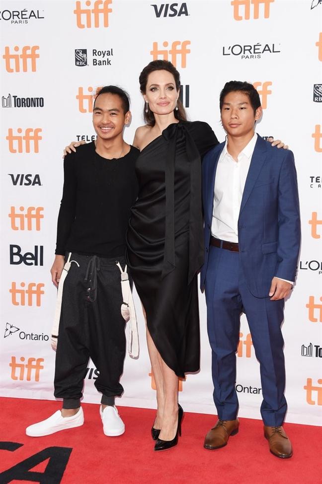 Khong con Brad Pitt, Angelina Jolie den Qua cau vang 2018 cung Pax Thien