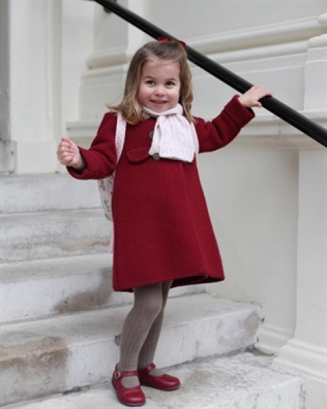 Công chúa nhỏ của nước Anh diện váy đỏ đáng yêu vào ngày đầu tiên đi học