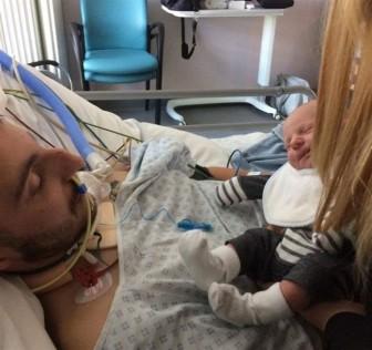 Người cha hôn mê bỗng tỉnh lại sau khi được gặp con trai mới sinh