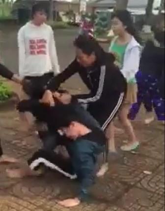 Xôn xao hai nhóm nữ sinh lớp 8 lao vào hỗn chiến giữa đường