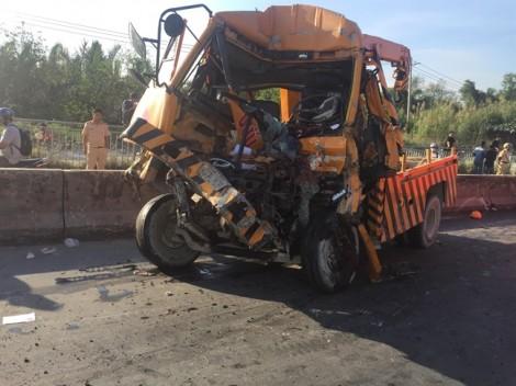 Xe cứu hộ tông container dốc cầu Phú Mỹ, 3 người chết