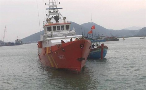 Cứu tàu cá chở 10 ngư dân gặp nạn trên biển