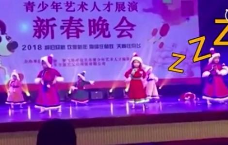 Bé gái bất ngờ 'nổi tiếng' vì đang múa vẫn lăn ra ngủ
