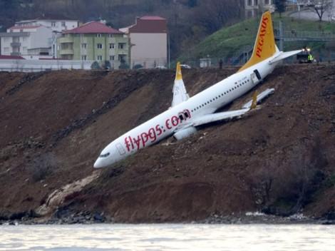 Thổ Nhĩ Kỳ: Máy bay chở khách trượt khỏi đường băng, cheo leo trên vách đá