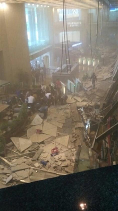 Sập trần trung tâm chứng khoán Jakarta, nhiều người bị thương và hoảng loạn
