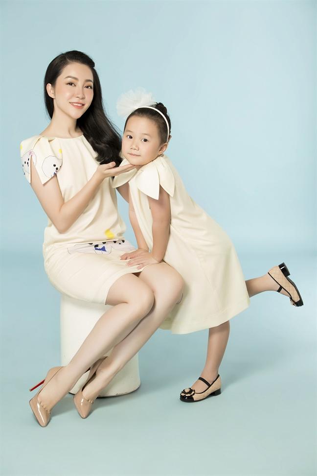 'Chim cong lang mua' Linh Nga va con gai Luna dien dam doi xinh xan