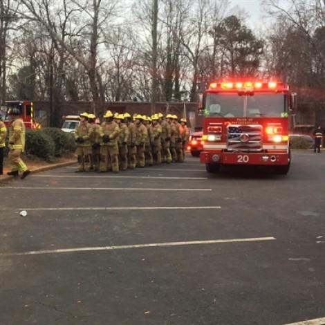 Thót tim cảnh lính cứu hỏa đỡ em bé rơi từ tòa nhà bốc cháy