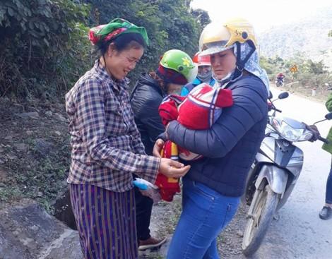 Ca đỡ đẻ bất đắc dĩ của 3 nữ giáo viên ngay bên vệ đường
