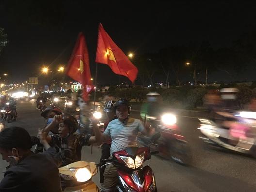 Nguoi dan TP.HCM do ra duong an mung chien thang lich su cua U23 Viet Nam tai giai chau A