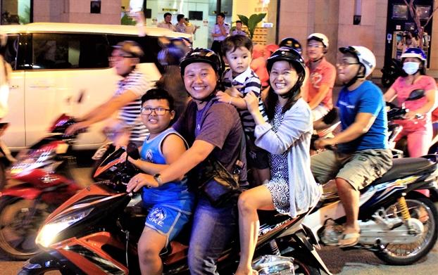 Bien nguoi do ve trung tam Sai Gon an mung chien thang 'khong the tin noi' cua U23 Viet Nam