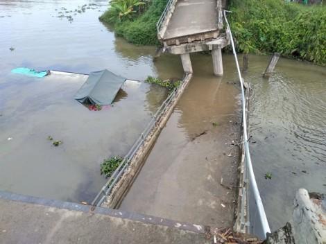 Sà lan chở 100 tấn cát tông sập cầu ở Tiền Giang